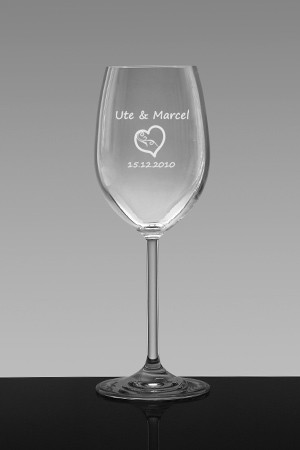 Ein Weissweinglas zur Hochzeit graviert