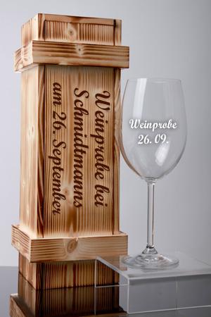 Rotweinglas mit Gravur in Holzkiste
